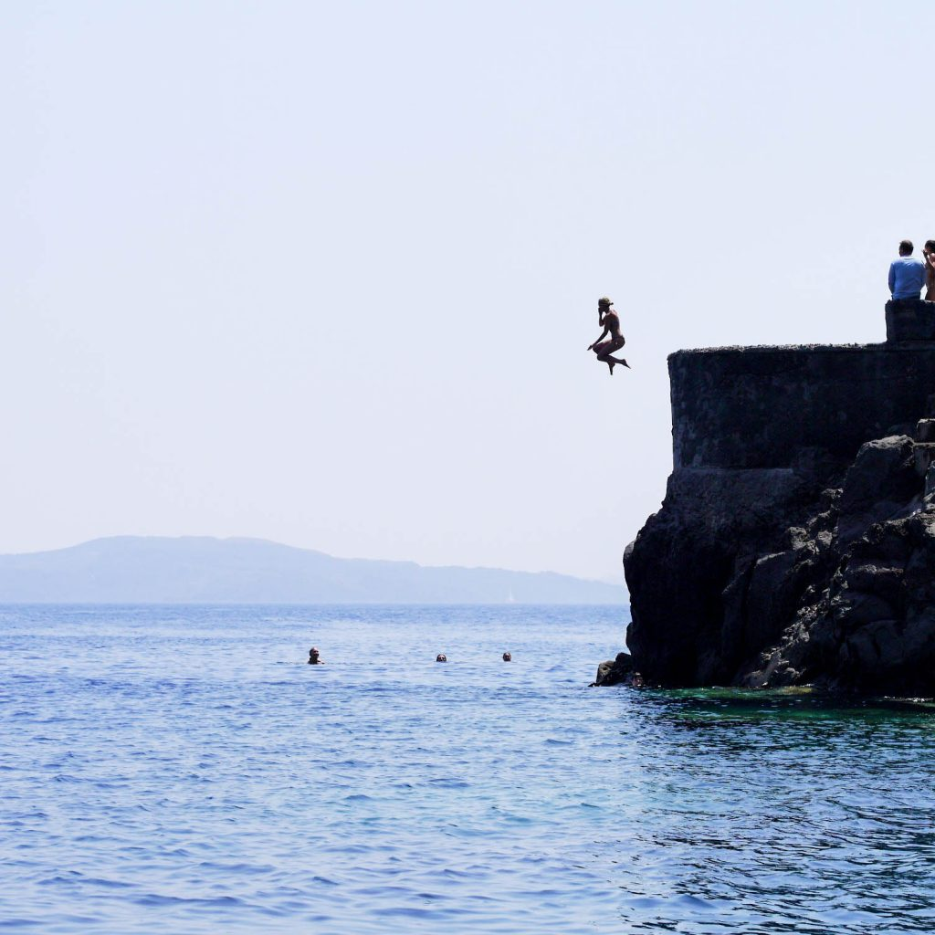 cliff-jumping-santorini